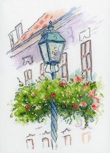 Lantaarn met bloemenkrans
